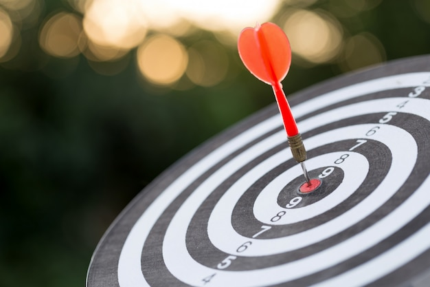 Rode pijl doel pijl raken op bullseye met, target marketing en zakelijk succes concept Premium Foto