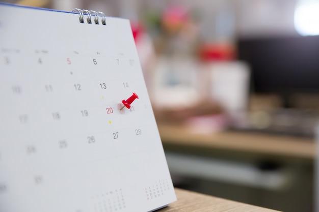 Rode pin met agenda voor eventplanner is bezig Premium Foto