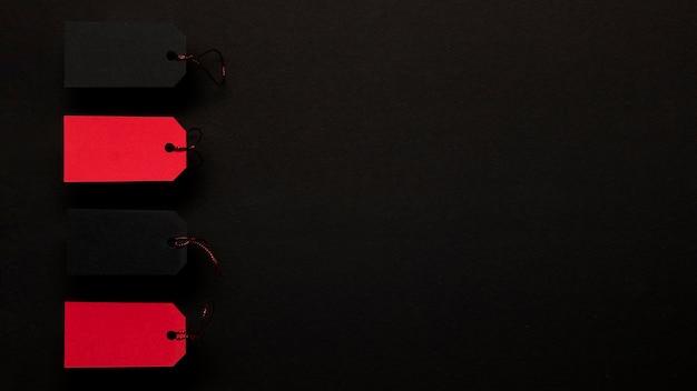 Rode prijskaartjes op de donkere achtergrond van de exemplaarruimte Gratis Foto