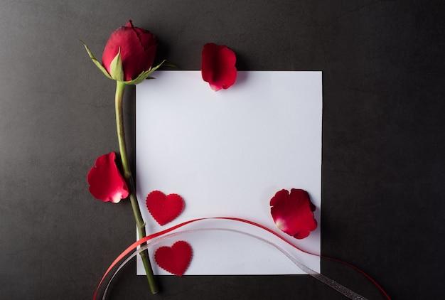 Rode roos met witte kaart Gratis Foto
