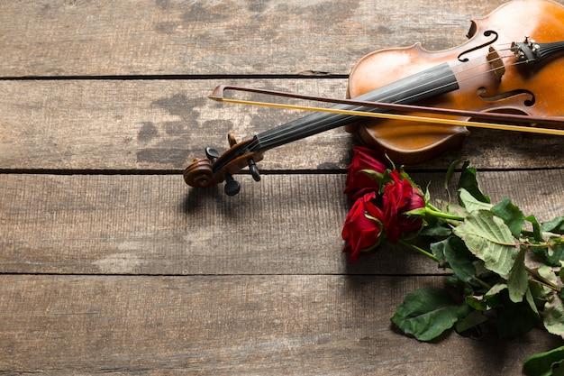 Rode rozen en een viool Premium Foto