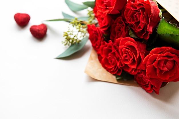 Rode rozen met eucalyptus op witte achtergrond Premium Foto