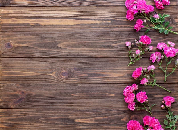 Rode rozen op houten achtergrond Premium Foto