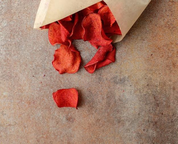 Rode rozenblaadjes in een papieren omslag Gratis Foto
