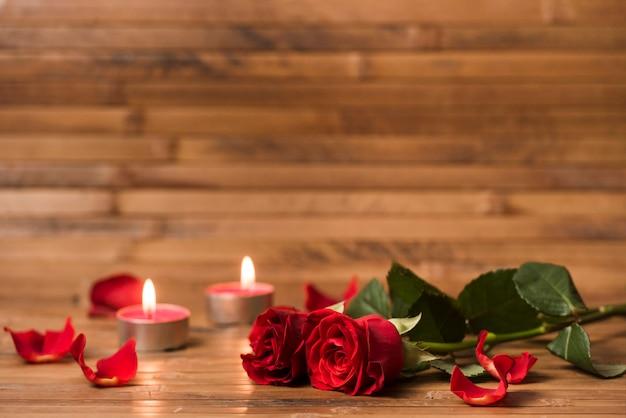 Rode rozenbloemen met het branden van kaarsen Gratis Foto