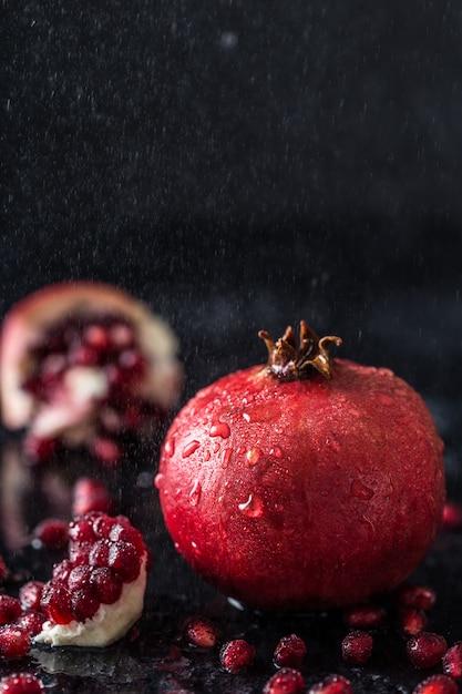 Rode sapgranaatappel op donkere lijst. handige granaatappel Premium Foto
