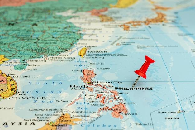 Rode speld geplaatst selectief op de kaart van filipijnen. - economisch en zakelijk concept. Premium Foto