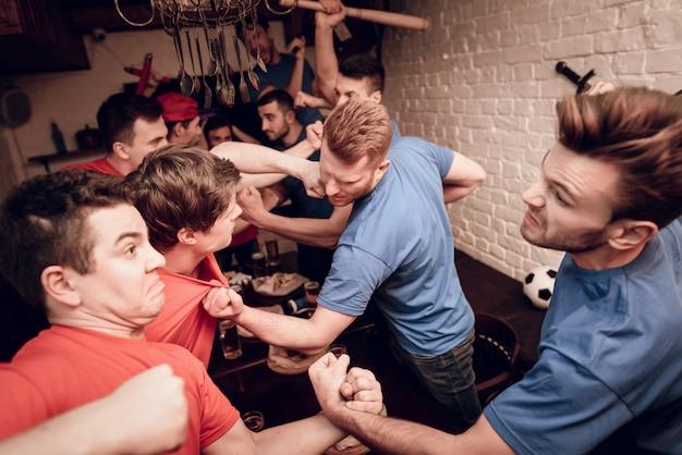 Rode teamhooliganfans en blauwe teamhooligan. Premium Foto