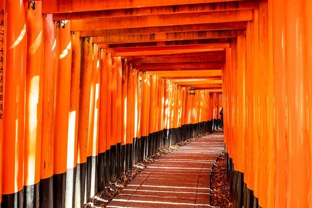 Rode torii-poorten in fushimi inari-heiligdom in kyoto, japan Premium Foto
