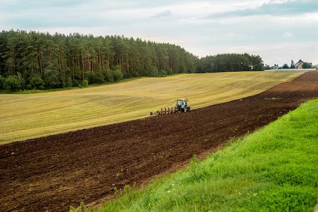 Rode tractor in het veld. Premium Foto