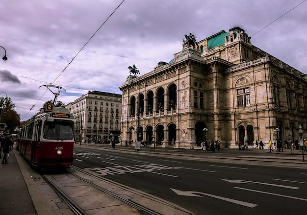 Rode tram voor de opera van wenen Premium Foto