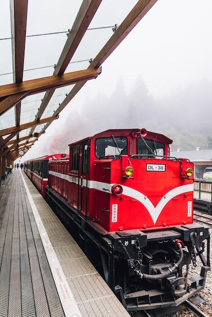 Rode trein op alishan forest railway-einde op het platform van zhaoping-station in alishan, taiwan. Premium Foto
