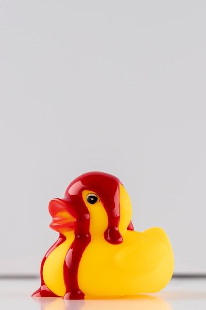 Rode verf op gele badeend Gratis Foto