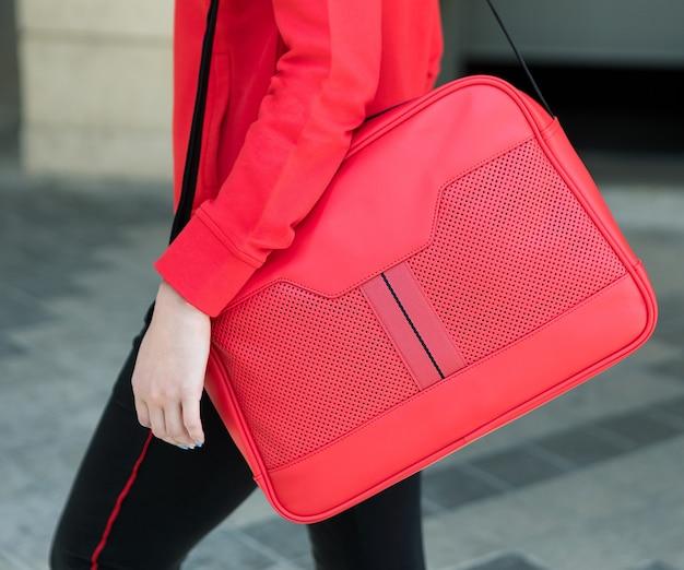 Rode vrouw messenger bag close-up Premium Foto