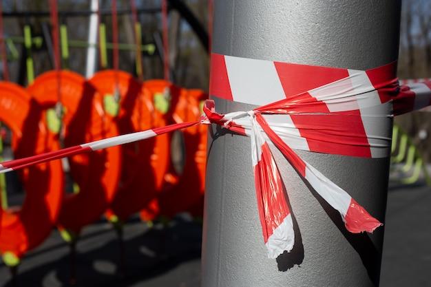 Rode waarschuwingsband op kinderspeelplaats, gesloten vanwege covid-19-quarantaine Premium Foto