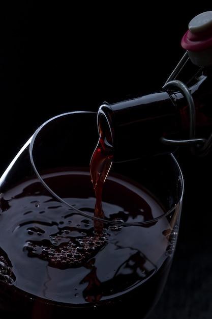 Rode wijn gieten Premium Foto