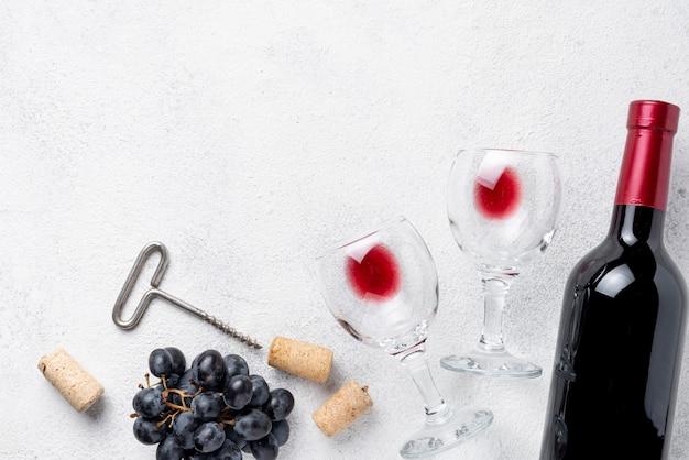 Rode wijnfles en glazen op lijst Gratis Foto