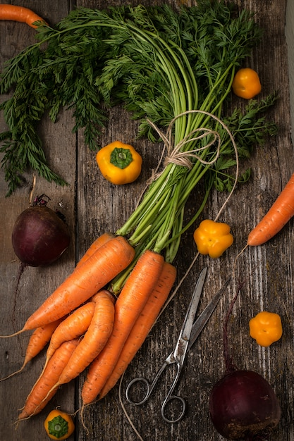 Rode wortel op houten tafel. bovenaanzicht Premium Foto