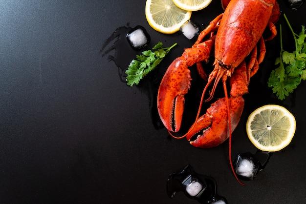 Rode zeekreeft met ijs en citroen Premium Foto