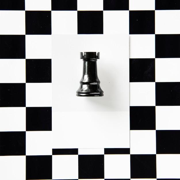 Roek schaakstuk op een patroon Gratis Foto