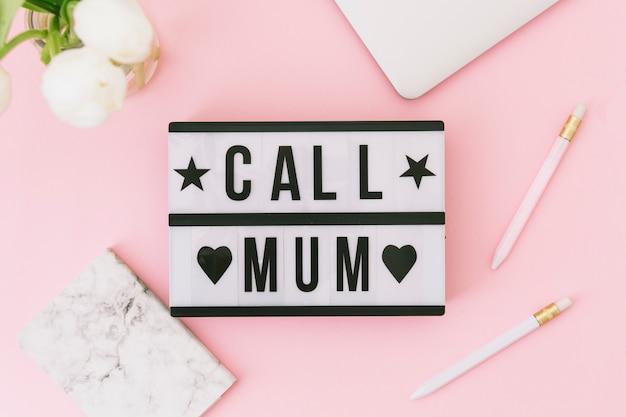 Roep mum inscriptie met witte bloemen en laptop Gratis Foto
