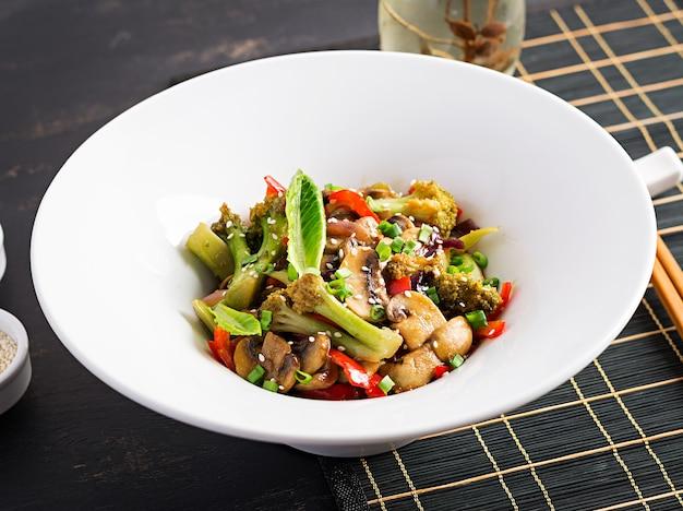 Roerbak groenten met champignons, paprika, rode uien en broccoli. gezond eten. aziatische keuken. Gratis Foto