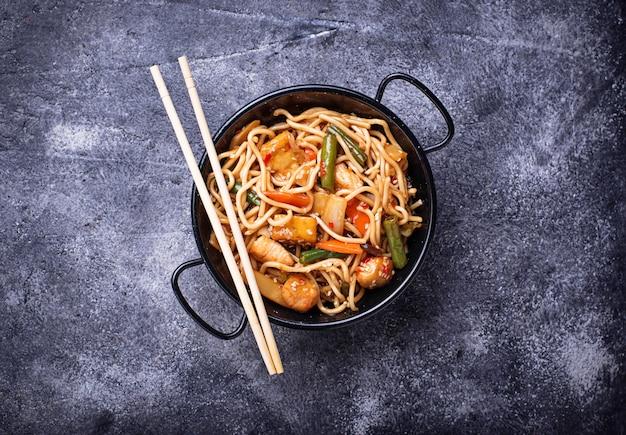 Roerbak noodles met kip, tofu en groente. Premium Foto