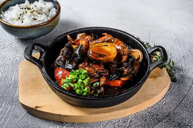 Roerbak rundvlees in oestersaus met rijst. witte achtergrond. bovenaanzicht Premium Foto