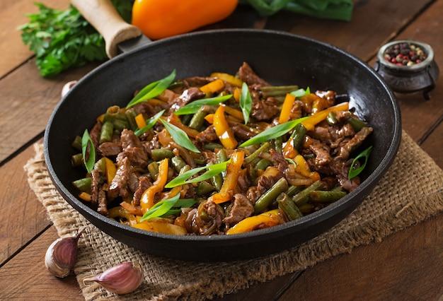 Roerbak rundvlees met paprika en sperziebonen Premium Foto
