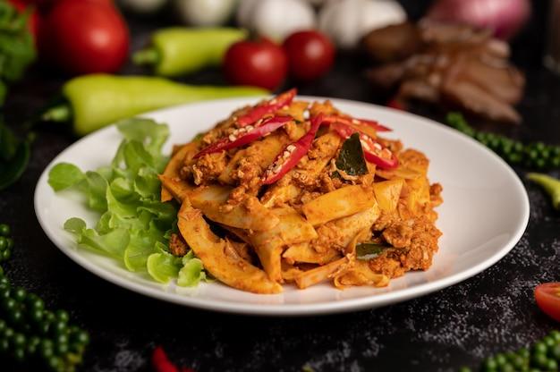 Roergebakken currypasta met bamboescheuten en gehakt Gratis Foto