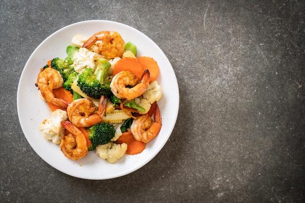 Roergebakken gemengde groente met garnalen Premium Foto