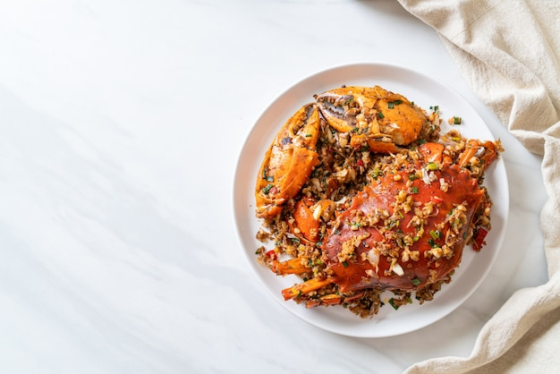 Roergebakken krab met pittig zout en peper - zeevruchtenstijl Premium Foto