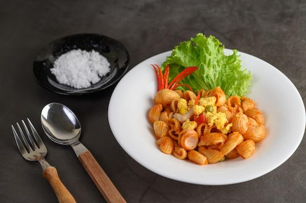 Roergebakken macaroni met tomatensaus Gratis Foto