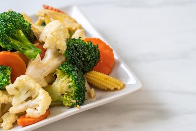 Roergebakken mix groente Premium Foto