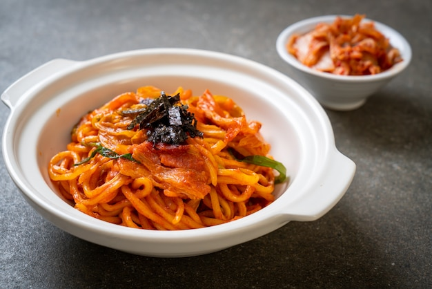 Roergebakken noedels met koreaanse pikante saus en groente Premium Foto