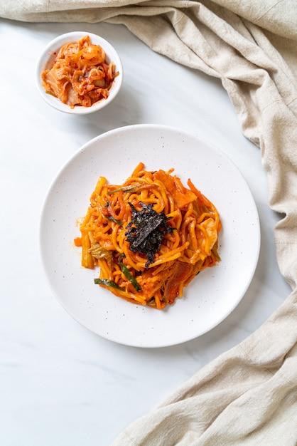 Roergebakken noedels met koreaanse pittige saus en groente Premium Foto
