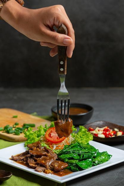 Roergebakken rundvlees in oestersaus en geserveerd. Gratis Foto