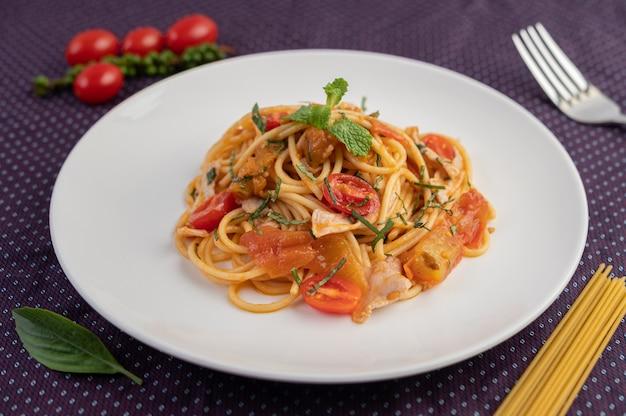 Roergebakken spaghetti prachtig gerangschikt in een witte plaat. Gratis Foto