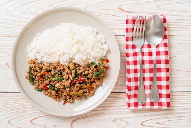 Roergebakken thaise basilicum met gehakt varkensvlees op rijst Premium Foto