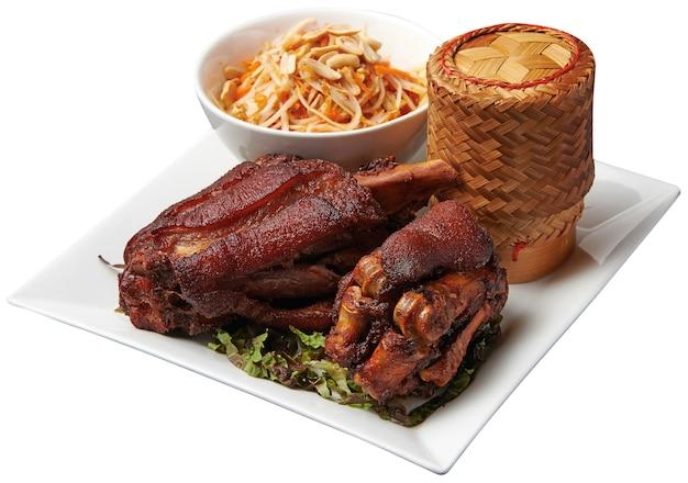 Roergebakken varkenspoot met papajasalade en kleefrijst Premium Foto