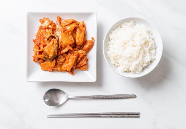 Roergebakken varkensvlees met kimchi, koreaanse stijl Premium Foto