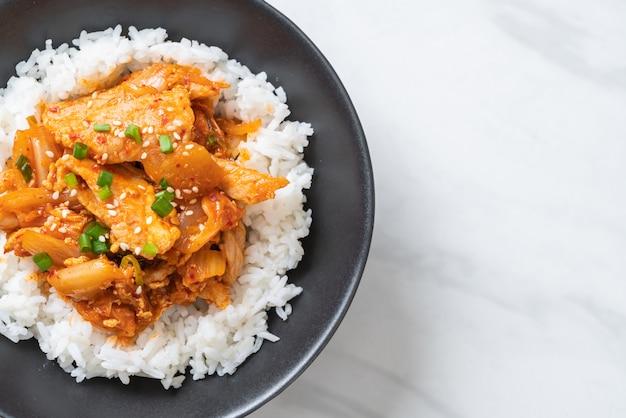 Roergebakken varkensvlees met kimchi op belegde rijst Premium Foto