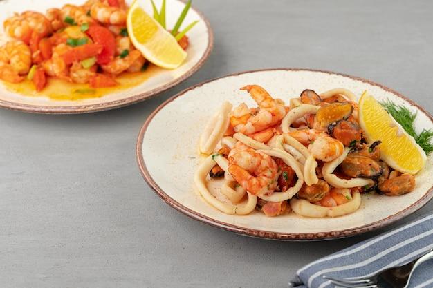Roergebakken zeevruchten met saus op plaat met servet close-up Premium Foto