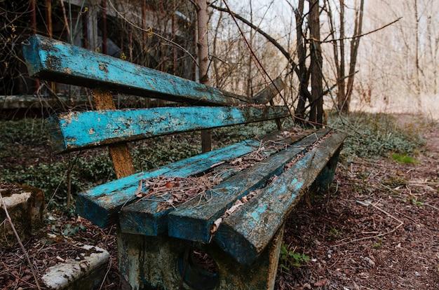 Roestige en oude bank in spookstad tsjernobyl, oekraïne. Premium Foto