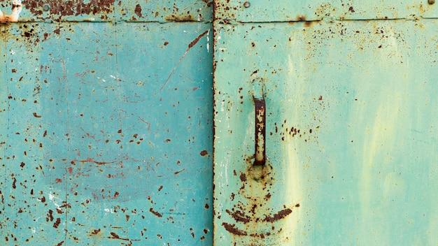 Roestige metaalblauwe deur Premium Foto