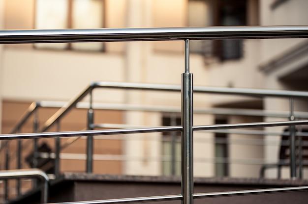 Roestvrij staal metalen leuningen buiten moderne gebouwen Premium Foto