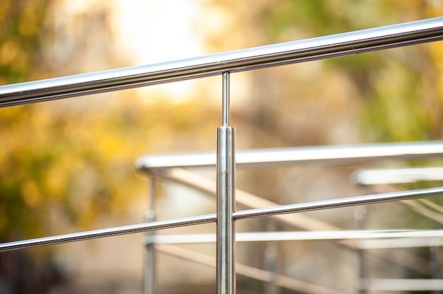 Roestvrij stalen metalen leuningen in de buurt van het gebouw Premium Foto