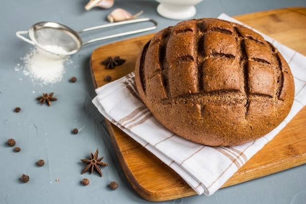 Roggebrood op handdoek op lijst met kruiden Gratis Foto