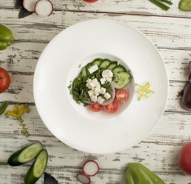 Roka-salade met feto-kaas, gehakte komkommer, tomaten en groen. Gratis Foto
