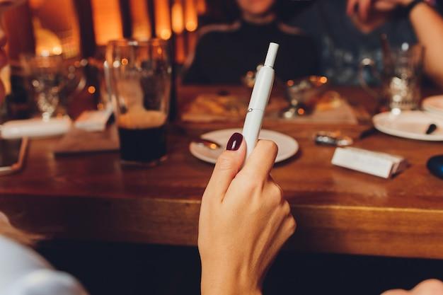 Roken moderne hybride sigaret apparaat warmte-niet-verbrand tabak product technologie. Premium Foto
